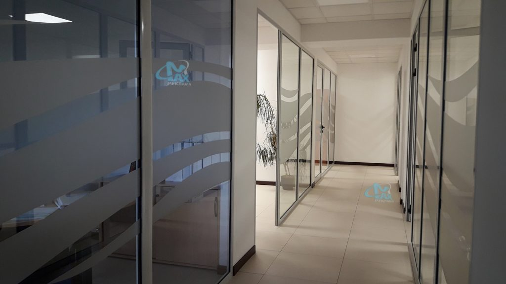 декорация на стъклени паравани в коридор