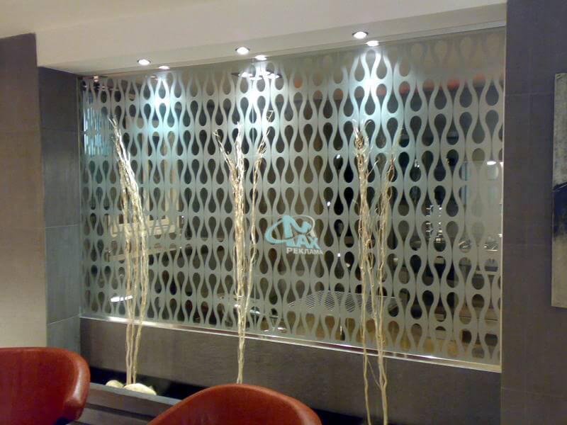 фигурално брандиране на витрини